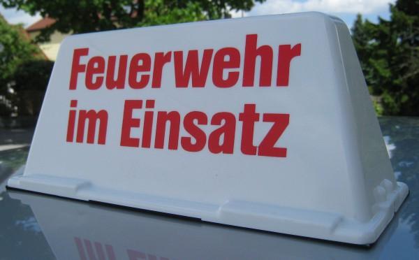 feuerwehr-zubehoer-dachaufsetzer-dachschild-auto-feuerwehr-im-einsatz-hsw91390